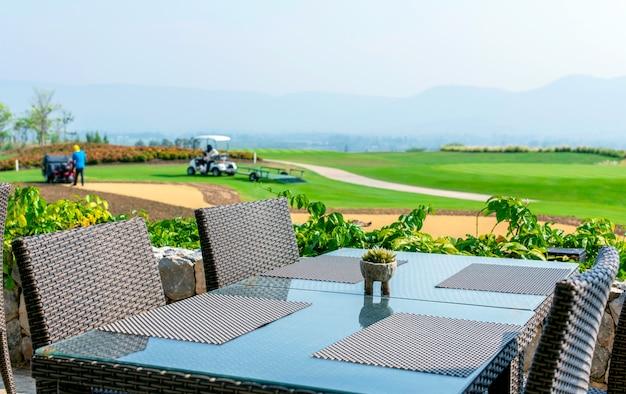 Обеденный стол с видом на поле для гольфа, уют и отдых