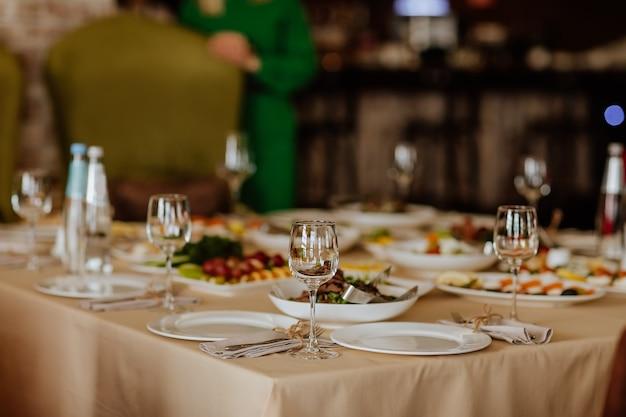 Обеденная скатерть с едой и стаканами в ресторане