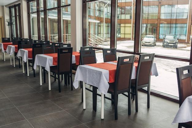Обеденные столы и стулья в ресторане. светлый салон