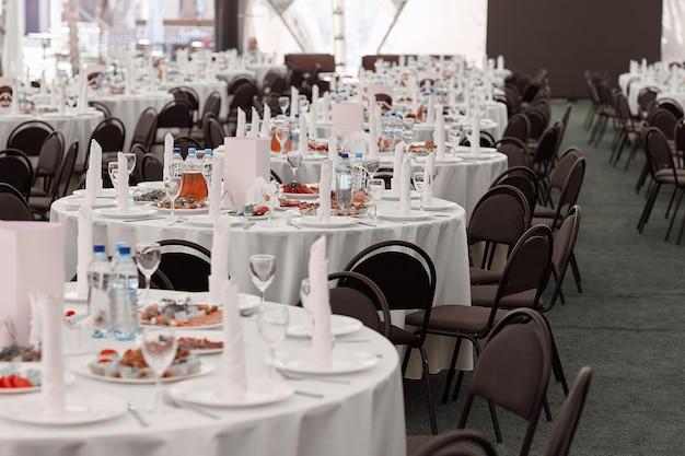 モダンなレストランの宴会場のダイニングテーブル