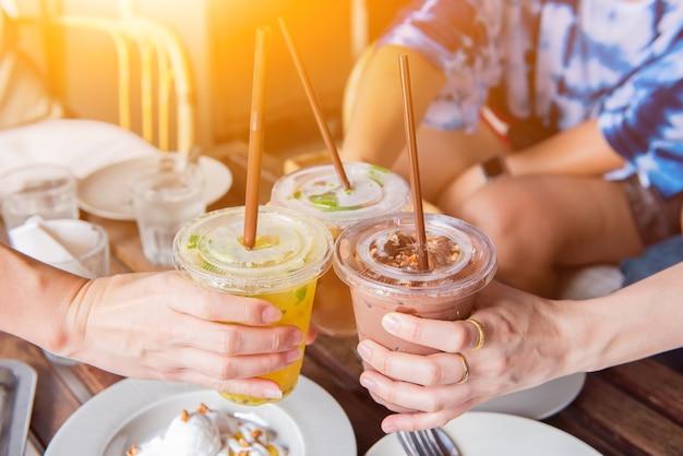 친구와 함께 아이스 커피와 건강을 즐기며 휴식을 취하세요.