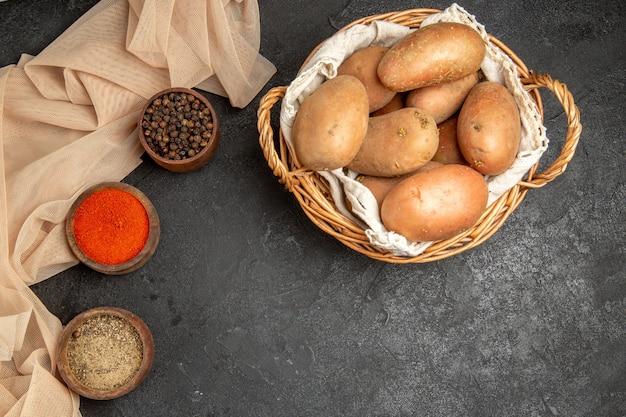 다른 향신료와 요리하지 않은 감자와 저녁 식사 배경