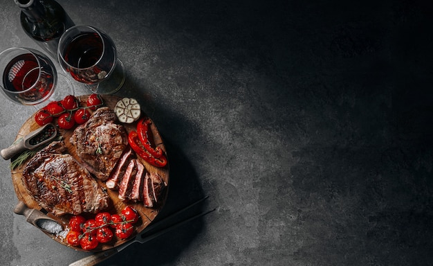 ステーキと赤ワインを使った2人でのディナー
