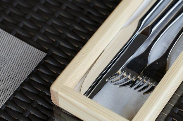저녁 식사는 레스토랑에서 먹기 위해 나이프와 포크를 설정합니다. 테이블 세팅
