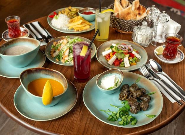 Set da pranzo con zuppe dolma, insalate e pollo con riso e patatine fritte