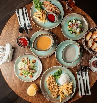 버섯과 렌즈 콩 수프, 샐러드, 닭고기와 감자 튀김과 쌀이 든 저녁 식사 세트