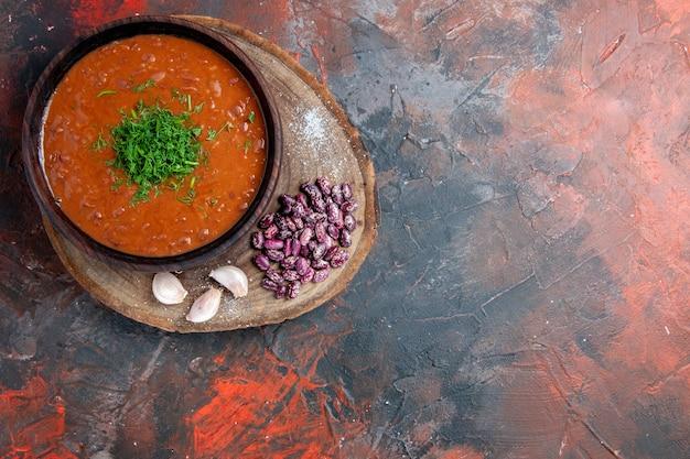 Tagliere di fagioli da tavola sulla tavola dei colori della miscela