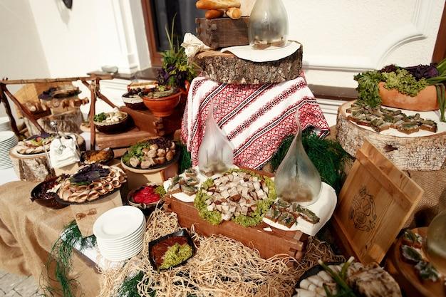 木製ブロックで飾られたディナーテーブル