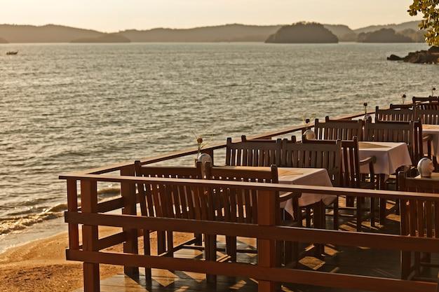 석양 빛의 저녁 식사 테이블
