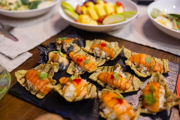 美しい夏の花で飾られた軽食のディナーテーブル。フードテーブル健康的なおいしい有機食品のコンセプト。ゲストを待っています。