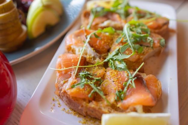 Обеденный стол с закусками украшен красивыми летними цветами. продовольственный стол здорового вкусного органического питания концепции. жду гостя.