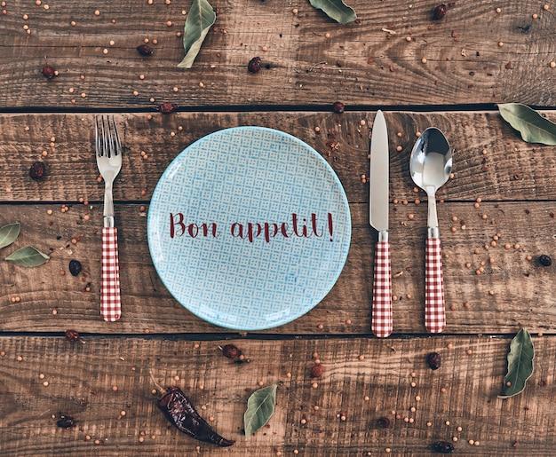 Время ужина. выстрел с высоким углом пустой тарелки, вилки, ложки, ножа