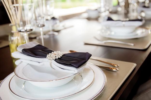 テーブルの上のディナーウェア。