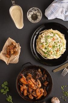 エビフライとパスタのホワイトソースディナー