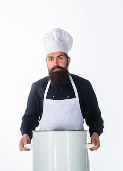 Посуда повар человек в фартуке держит кастрюлю, готовя кастрюлю, кастрюлю, запеканку, готовя кулинарные блюда