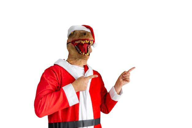 Динозавр замаскированный под санта-клауса, указывая вправо на белом фоне