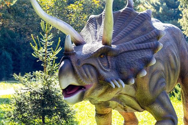公園の恐竜モデル。夏の晴れた日に公園で展示されている巨大なトリケラトプス