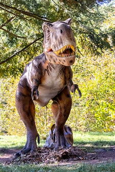 公園の恐竜モデル。夏の晴れた日の公園での展示会での巨大なティラノサウルス