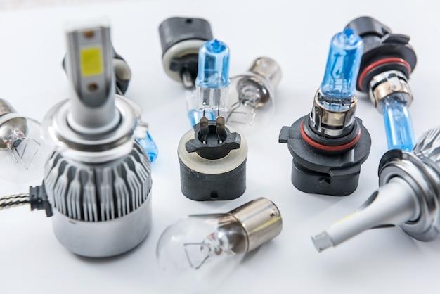 Диодные и галогенные лампочки, изолированные на белом. стеклянная электрическая лампа для автомобильных фар