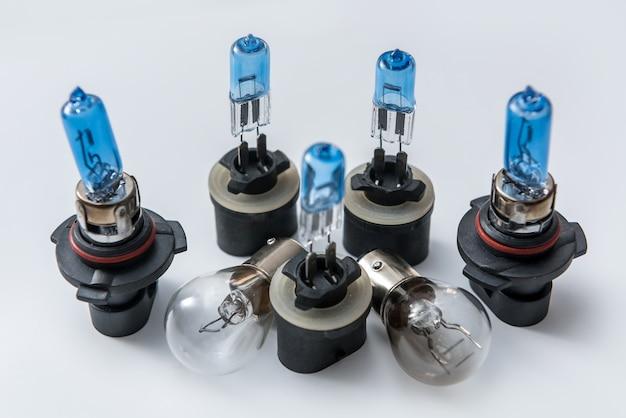 白で隔離されたダイオードとハロゲン電球。自動ヘッドライト用電動ガラスランプ