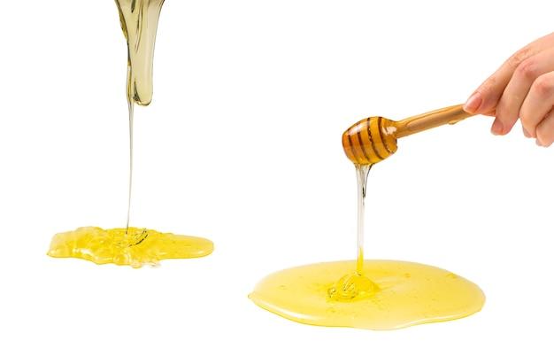 Диппер с медом на белом фоне. место для текста или дизайна.