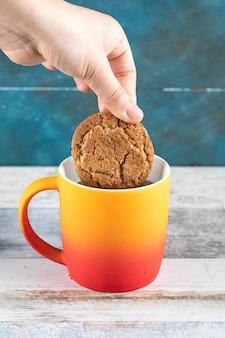 お茶にクッキーを浸す