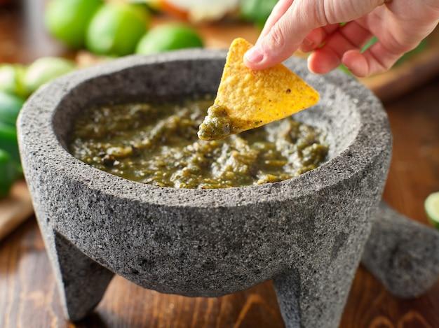 Окунуть чипсы в мексиканскую сальсу-верде