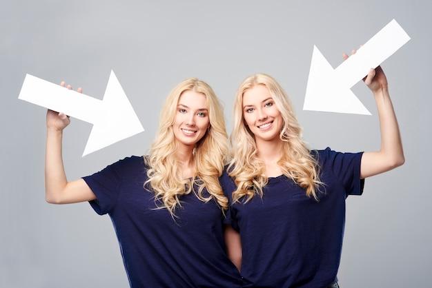 Направление стрелок показывает красивых близнецов
