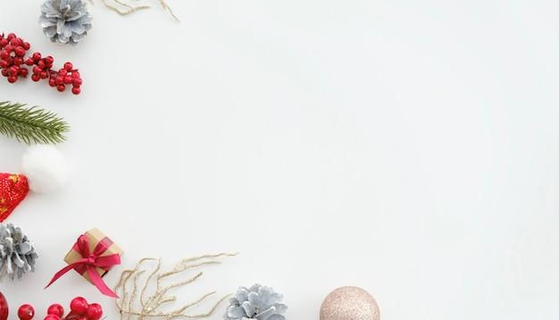 白い背景の上のクリスマスの装飾のショットの真上