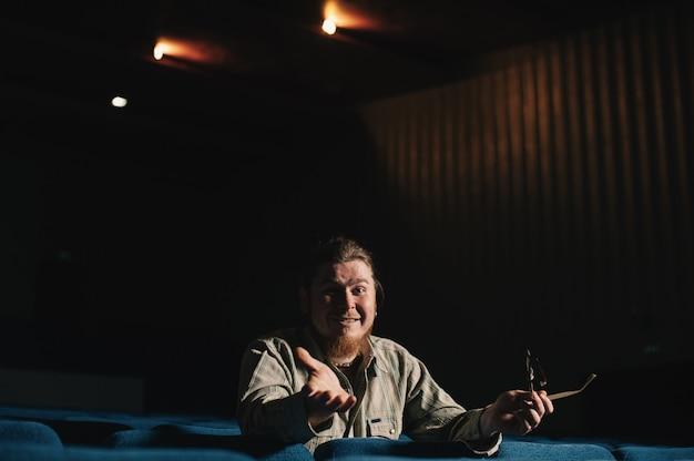 暗い劇場ホールで一人監督。低キーで創造的な男の肖像。コンサートホールで一人の芸術家。初演で驚いた批評家。文化の家でメガネで幸せな残忍なひげを生やした男。