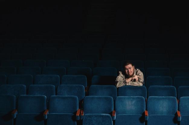 暗い劇場ホールで一人ずつ監督。低キーで創造的な男の肖像。コンサートホールで一人の芸術家。初演で驚いた批評家。文化の家で眼鏡をかけて幸せな残忍なひげを生やした男。