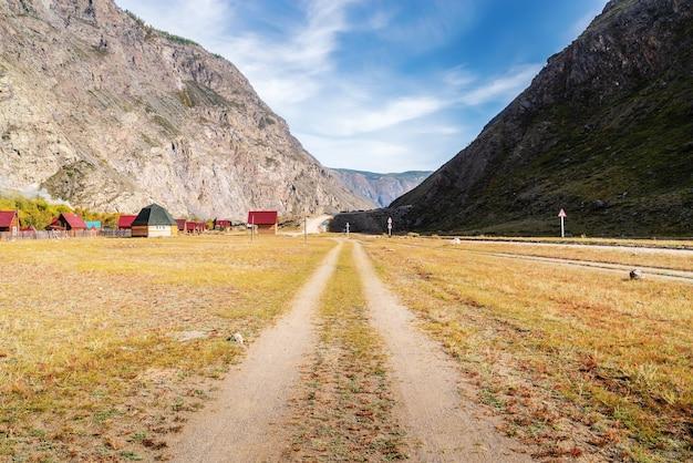 Chulyshman 계곡의 흙길과 캠프장. 알타이, 러시아