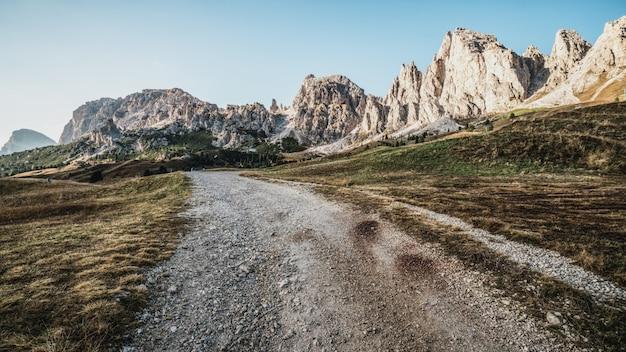 Грязная улица и тропа в доломитовых альпах италии