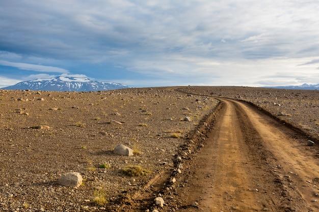 Hvitarvatn 지역, 아이슬란드 풍경에서 비포장 도로. 투시도 도로.