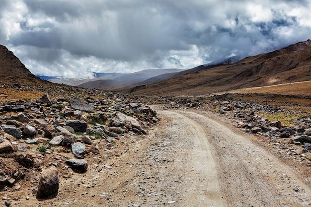 ヒマラヤの未舗装の道路