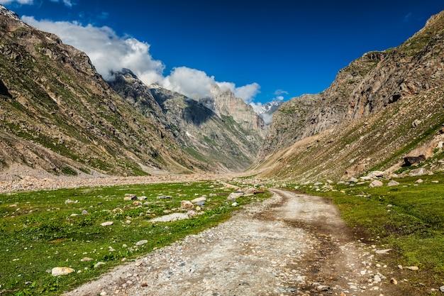 ヒマラヤの未舗装の道路。