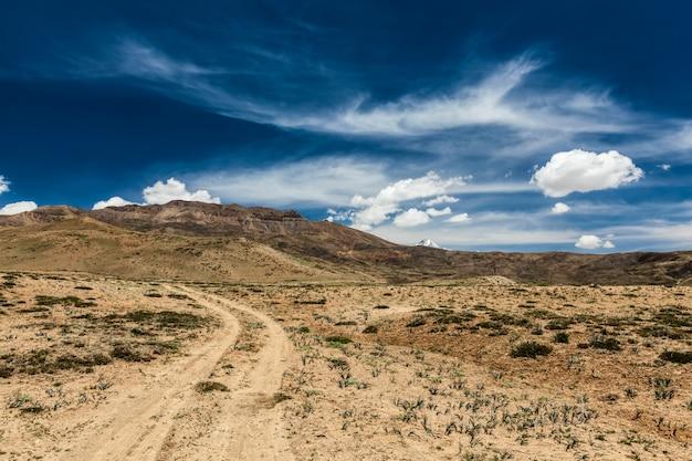 Грязная улица в долине спити в гималаях. долина спити, химачал-прадеш, индия