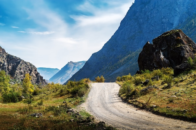 고지대의 흙길. 가을. 러시아 알타이 공화국 울간스키 지구 chulyshman valley