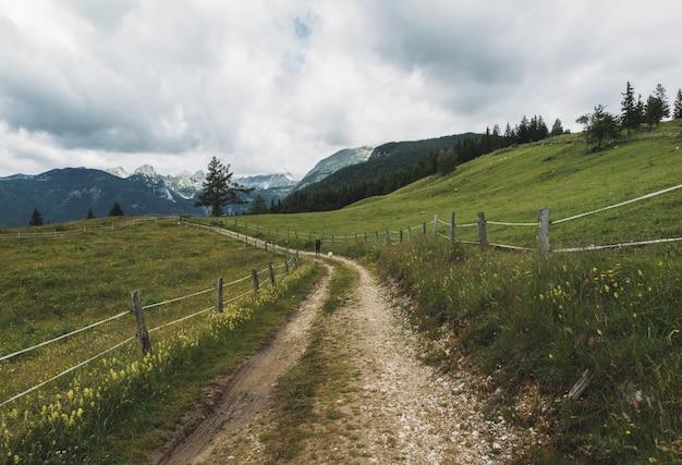谷間の未舗装の道路
