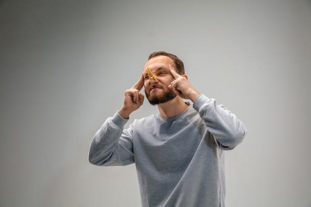 Грязный воздух. кавказский мужчина, носящий застежку для защиты органов дыхания, защищает от загрязнения воздуха и частиц пыли, превышающих пределы безопасности. концепция здравоохранения, окружающей среды, экологии. аллергия, головная боль.