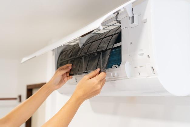 더러운 에어컨 필터는 청소가 필요합니다. 에어컨 서비스, 수리 및 청소 장비.