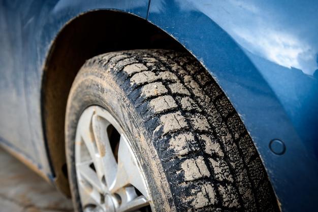 車に沼スプレーで汚れた車のホイール。