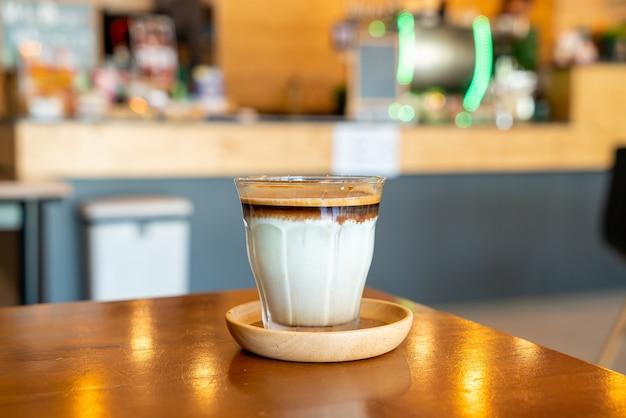 Грязный кофе - стакан эспрессо, смешанный с холодным свежим молоком, в кафе, кафе и ресторане.