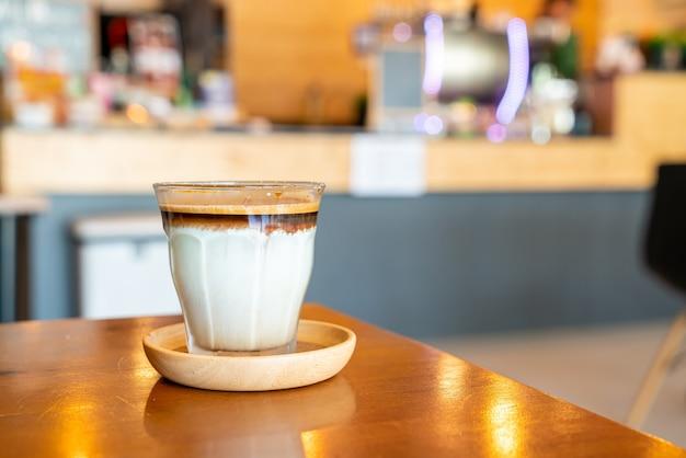 ダーティコーヒー-コーヒーショップのカフェやレストランで冷たい新鮮なミルクと混ぜたエスプレッソショットのグラス