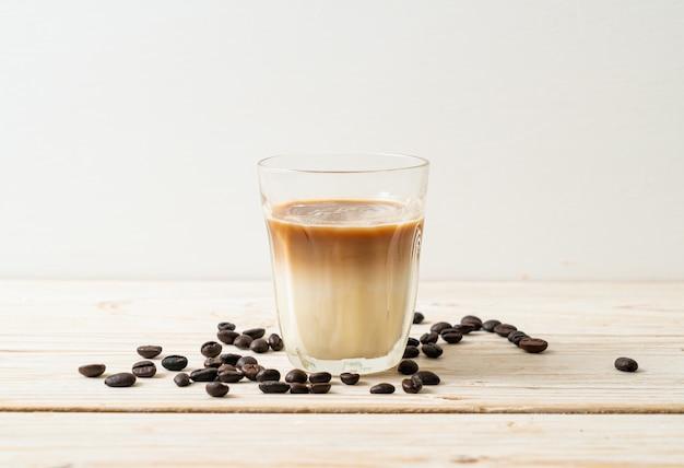 더러운 커피 잔, 뜨거운 에스프레소 커피를 얹은 차가운 우유