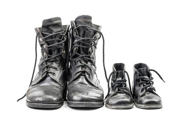 クリッピングパスと白い背景で隔離の大人と子供のための汚れた戦闘ブーツ
