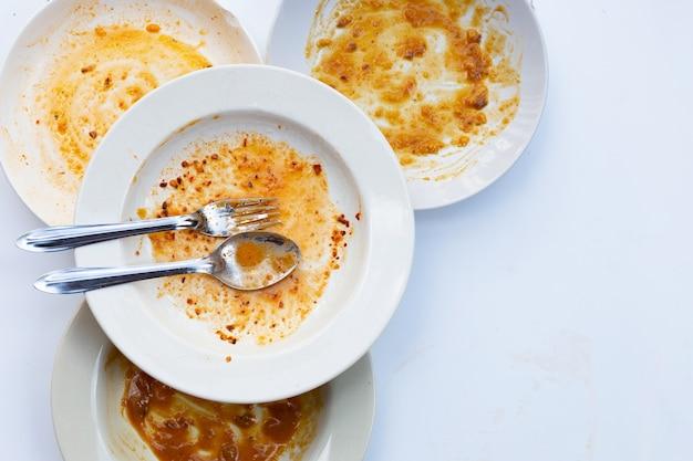 Грязная посуда на белом. вид сверху