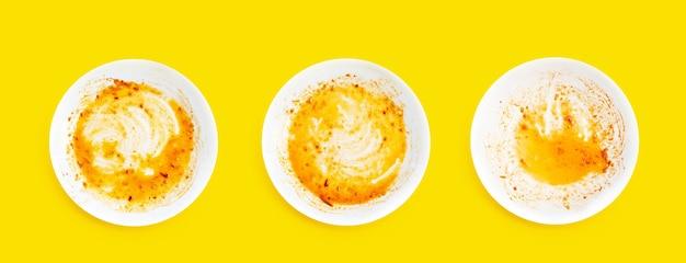 노란색 표면에 더러운 접시. 평면도