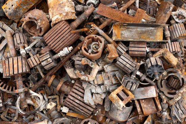 Расположение грязных сваленных предметов