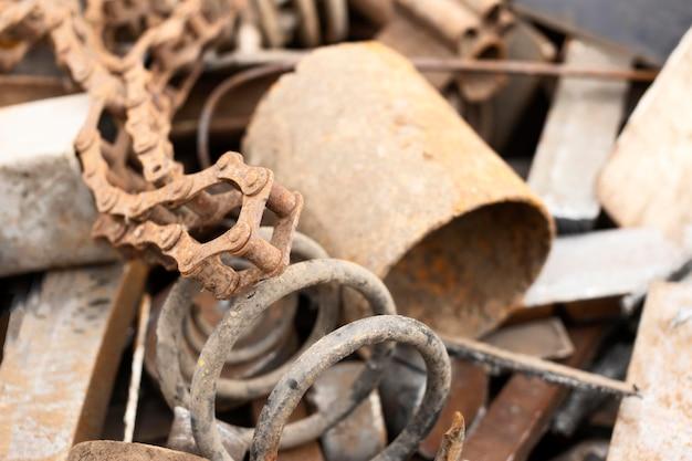 Disposizione di oggetti sporchi scaricati
